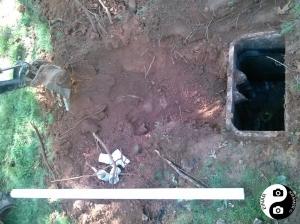 Her er septiktanken i hagen gravd opp for tømming og reparasjon.
